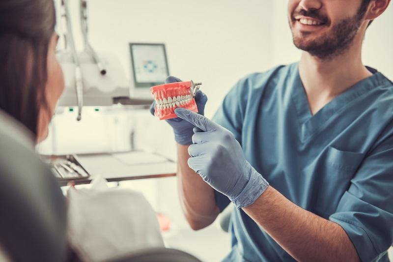 Jak uzyskać śnieżnobiały odcień zębów?